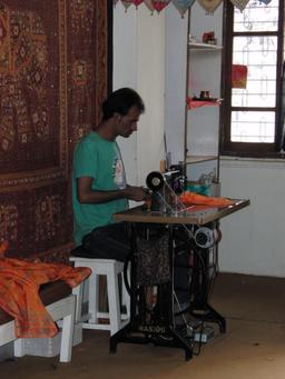 Machine à coudre en Inde. Source : http://data.abuledu.org/URI/54c79d43-machine-a-coudre-en-inde