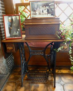 Machine à coudre Singer. Source : http://data.abuledu.org/URI/57169fac-machine-a-coudre-singer