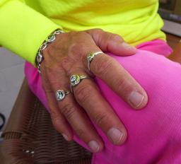 Main droite avec bagues et bracelet en argent. Source : http://data.abuledu.org/URI/53988dab-main-droite-avec-bagues-et-bracelet-en-argent