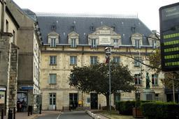 Mairie de Villejuif et Monument aux morts. Source : http://data.abuledu.org/URI/5441b228-mairie-de-villejuif-et-monument-aux-morts
