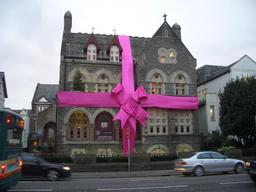 Maison cadeau. Source : http://data.abuledu.org/URI/531c21e4-maison-cadeau
