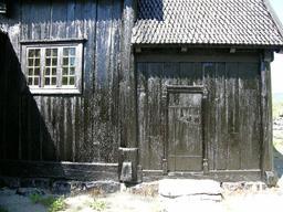 Maison de bois goudronné. Source : http://data.abuledu.org/URI/5132923f-maison-de-bois-goudronne
