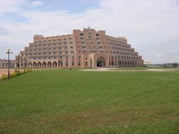 Maison des députés à Yamoussoukro en Côte d'Ivoire. Source : http://data.abuledu.org/URI/55366352-maison-des-deputes