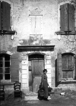 Maison du lézard de Frédéric Mistral avec cadran solaire et inscription. Source : http://data.abuledu.org/URI/47f3ccc8-maison-du-l-zard-de-fr-d-ric-mistral-avec-cadran-solaire-et-inscription