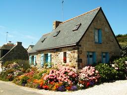 maison fleurie en Bretagne. Source : http://data.abuledu.org/URI/50213676-maison-fleurie-en-bretagne