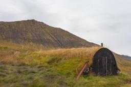 Maison islandaise recouverte de terre. Source : http://data.abuledu.org/URI/54cbf351-maison-islandaise-recouverte-de-terre