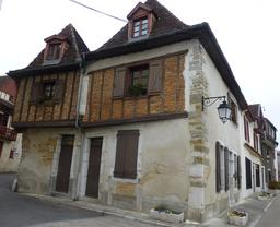 Maison médiévale à colombage à Salies-de-Béarn. Source : http://data.abuledu.org/URI/5866246b-maison-medievale-a-colombage-a-salies-de-bearn