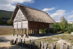 Maison palaffite reconstituée en Suisse. Source : http://data.abuledu.org/URI/557ac31d-maison-palaffite-reconstituee-en-suisse