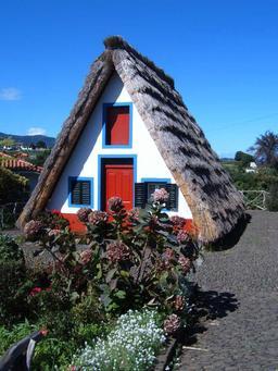 Maison traditionnelle à Santana dans l'île de Madère. Source : http://data.abuledu.org/URI/55089af3-maison-traditionnelle-a-santana-dans-l-ile-de-madere