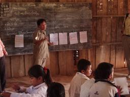Maître d'école au Laos. Source : http://data.abuledu.org/URI/537252b5-maitre-d-ecole-au-laos