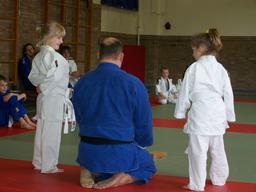 Maître de judo et enfants. Source : http://data.abuledu.org/URI/538a4f54-maitre-de-judo-et-enfants