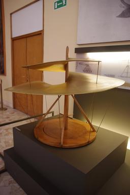 Maquette d'hélicoptère de Léonard de Vinci au Musée de Milan. Source : http://data.abuledu.org/URI/54b98ecd-maquette-d-engin-volant-de-leonard-de-vinci-au-musee-de-milan
