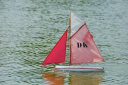 Maquette de bateau à voile. Source : http://data.abuledu.org/URI/59090fc2-maquette-de-bateau-a-voile