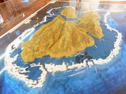 Maquette de l'île de Vanikoro et sa barrière de corail. Source : http://data.abuledu.org/URI/596e68a4-maquette-de-l-ile-de-vanikoro-et-sa-barriere-de-corail