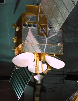 Maquette de satellite de télécommunications. Source : http://data.abuledu.org/URI/53adcefb-maquette-de-satellite-de-telecommunications