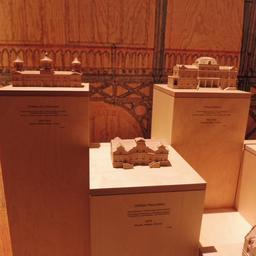 Maquettes de grands châteaux girondins à la Cité du Vin. Source : http://data.abuledu.org/URI/59f2cb85-maquettes-de-grands-chateaux-girondins-a-la-cite-du-vin