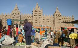 Marché de Djenné devant la mosquée. Source : http://data.abuledu.org/URI/52d15bc7-marche-de-djenne-devant-la-mosquee