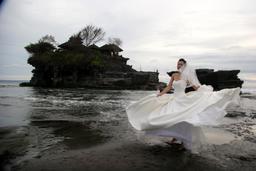 Mariée à Bali. Source : http://data.abuledu.org/URI/53727526-mariee-a-bali