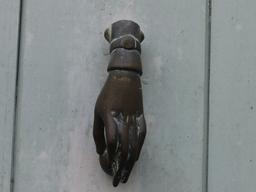 Marteau de porte. Source : http://data.abuledu.org/URI/586760ef-marteau-de-porte