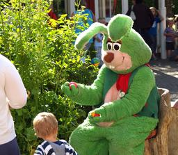 Mascotte suédoise en feutre du lapin vert de Liseberg. Source : http://data.abuledu.org/URI/52fa4c26-mascotte-suedoise-en-feutre-du-lapin-vert-de-liseberg