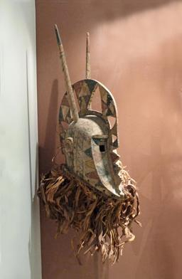 Masque casque Bobo du Burkina Faso. Source : http://data.abuledu.org/URI/54be910f-masque-casque-bobo-du-burkina-faso