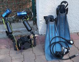 Matériel de plongeur photographe amateur. Source : http://data.abuledu.org/URI/55a60227-materiel-de-plongeur-photographe-amateur