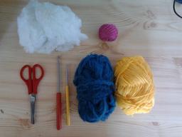 Matériel pour crochet amigurumi. Source : http://data.abuledu.org/URI/5506badf-materiel-pour-crochet-amigurumi