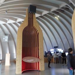 Maxi-bouteilles à la Cité du Vin. Source : http://data.abuledu.org/URI/59f2cd4c-maxi-bouteilles-a-la-cite-du-vin
