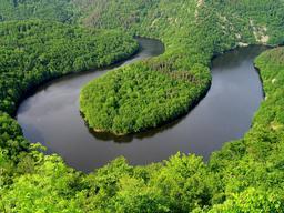 Méandre en Auvergne. Source : http://data.abuledu.org/URI/506cafb0-meandre-en-auvergne