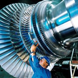 Mécanicien au travail. Source : http://data.abuledu.org/URI/538e5d04-mecanicien-au-travail