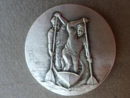 Médaille pour le kayak en double. Source : http://data.abuledu.org/URI/50394027-medaille-pour-le-kayak-en-double