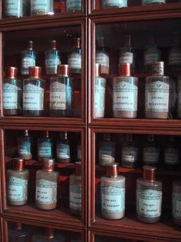 Médicaments en poudre d'apothicaire. Source : http://data.abuledu.org/URI/54a7b459-medicaments-en-poudre-d-apothicaire