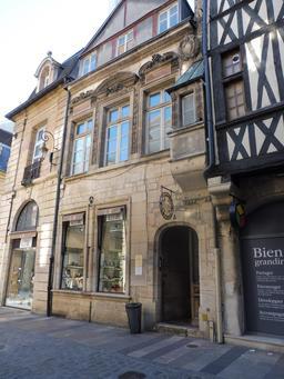 Mélange de styles architecturaux à Dijon. Source : http://data.abuledu.org/URI/59262880-melange-de-styles-architecturaux-a-dijon