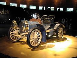 Mercedes Simplex de 1902. Source : http://data.abuledu.org/URI/5288b487-mercedes-simplex-de-1902