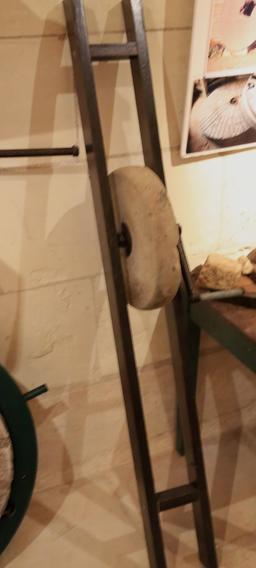 Meule à affûter. Source : http://data.abuledu.org/URI/55dc1b19-meule-a-affuter