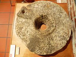 Meule en provenance des recherches archéologiques à Vanikoro. Source : http://data.abuledu.org/URI/596e4046-meule-en-provenance-des-recherches-archeologiques-a-vanikoro