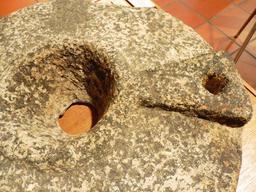 Meule en provenance des recherches archéologiques à Vanikoro. Source : http://data.abuledu.org/URI/596e409a-meule-en-provenance-des-recherches-archeologiques-a-vanikoro