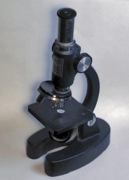 Microscope. Source : http://data.abuledu.org/URI/503bd578-microscope