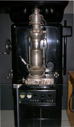 Microscope électronique de Ruska. Source : http://data.abuledu.org/URI/50b35363-microscope-electronique-de-ruska
