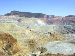 Mine de cuivre à ciel ouvert. Source : http://data.abuledu.org/URI/511c823e-mine-de-cuivre-a-ciel-ouvert