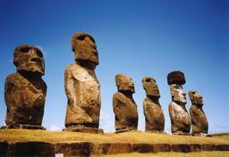Moaïs de l'île de Pâques. Source : http://data.abuledu.org/URI/54ecf1c0-moais-de-l-ile-de-paques