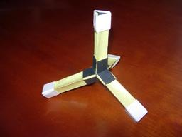 Molécule du méthane en origami. Source : http://data.abuledu.org/URI/52f25f3a-molecule-du-methane-en-origami