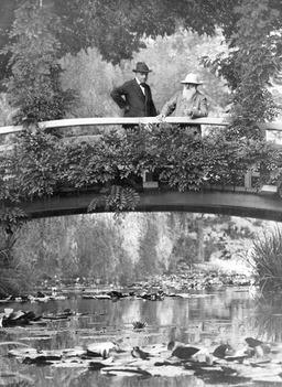 Monet dans son jardin. Source : http://data.abuledu.org/URI/5019ccd9-monet-dans-son-jardin