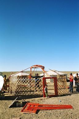 Montage d'une yourte mongole 2. Source : http://data.abuledu.org/URI/520e0954-montage-d-une-yourte-mongole-2