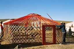 Montage d'une yourte mongole 4. Source : http://data.abuledu.org/URI/520e09f2-montage-d-une-yourte-mongole-4