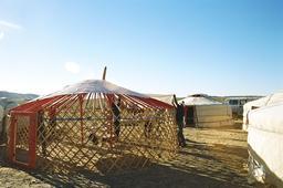 Montage d'une yourte mongole 5. Source : http://data.abuledu.org/URI/520e0a48-montage-d-une-yourte-mongole-5