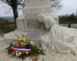 Monument aux morts de Sauveterre-de-Béarn. Source : http://data.abuledu.org/URI/586697ab-monument-aux-morts-de-sauveterre-de-bearn