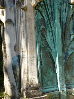 Monument funéraire dans le jardin du musée de l'école de Nancy. Source : http://data.abuledu.org/URI/5818f98f-monument-funeraire-dans-le-jardin-du-musee-de-l-ecole-de-nancy
