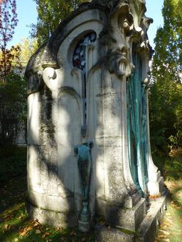 Monument funéraire dans le jardin du musée de l'école de Nancy. Source : http://data.abuledu.org/URI/5818f9c4-monument-funeraire-dans-le-jardin-du-musee-de-l-ecole-de-nancy
