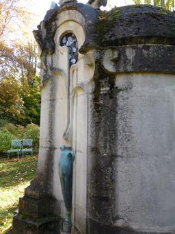 Monument funéraire dans le jardin du musée de l'école de Nancy. Source : http://data.abuledu.org/URI/5818f9f8-monument-funeraire-dans-le-jardin-du-musee-de-l-ecole-de-nancy
